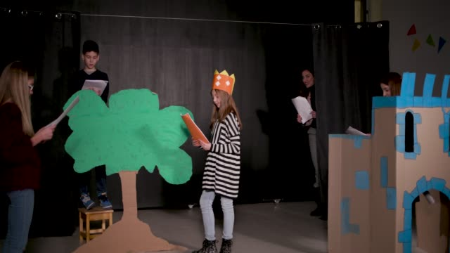 stockvideo's en b-roll-footage met school play repetitie - toneel