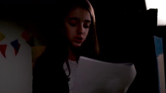 stockvideo's en b-roll-footage met school play repetitie - actrice