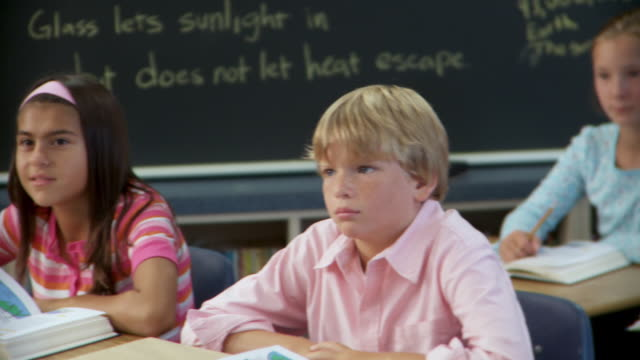 vidéos et rushes de ms, pan, school pupils (10-13) sitting in classroom, richmond, virginia, usa - 12 13 ans
