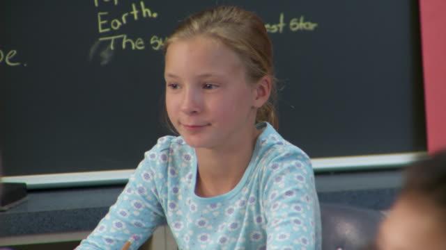 cu, td, tu, r/f, school pupils (10-13) sitting in classroom, richmond, virginia, usa - 10 11 år bildbanksvideor och videomaterial från bakom kulisserna