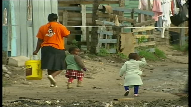 vidéos et rushes de school rebuilding project by london internet company clothes hanging on washing line with shack in background general views township featuring local... - cahute