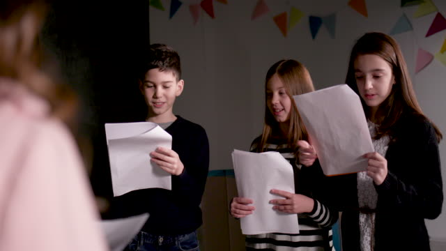 stockvideo's en b-roll-footage met theater schoolgroep repeteren - actrice