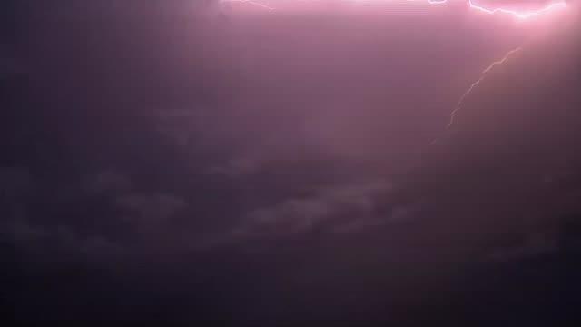 vídeos y material grabado en eventos de stock de delay to rescue operations to minimise risk thailand chiang rai tham luang nang non cave complex various of lighting flashes in night sky during storm - itv