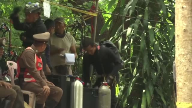 divers debate best way to save boys thailand chiang rai team of divers and cave diver interview rescue workers thailand chiang rai ext various shots... - itv放送点の映像素材/bロール