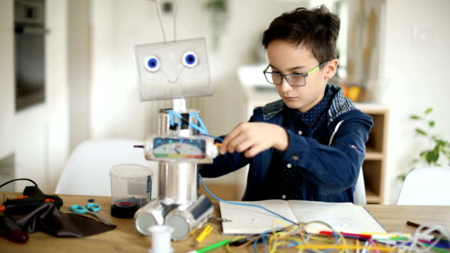 vídeos de stock, filmes e b-roll de engenheiro estudante construindo um robô - 10 11 anos