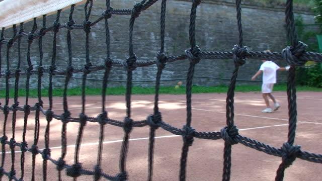schulkind-nur jungen spielen tennis - vorschulkind stock-videos und b-roll-filmmaterial