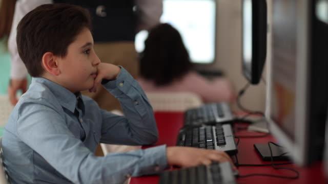 vídeos y material grabado en eventos de stock de escolar usando computadora durante la clase de computación en la escuela privada - laboratorio de ordenadores