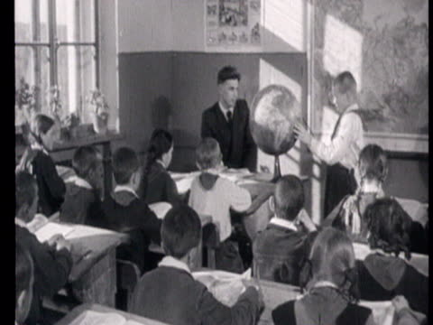schoolchildren attending lesson of geography while boy showing something on globe in city of syktyvkar in komi republic schoolchildren attending... - abakus bildbanksvideor och videomaterial från bakom kulisserna