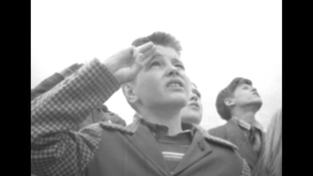 schoolchildren stand at base of tall flagpole bearing us flag at fort mchenry national monument, recite the pledge of allegiance / fort mchenry / vs... - amerikanischer treueschwur stock-videos und b-roll-filmmaterial