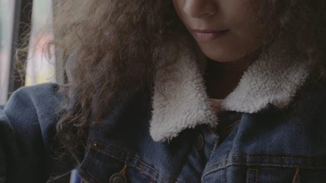vídeos de stock e filmes b-roll de schoolgirl drawing face on paper at desk - jaqueta jeans