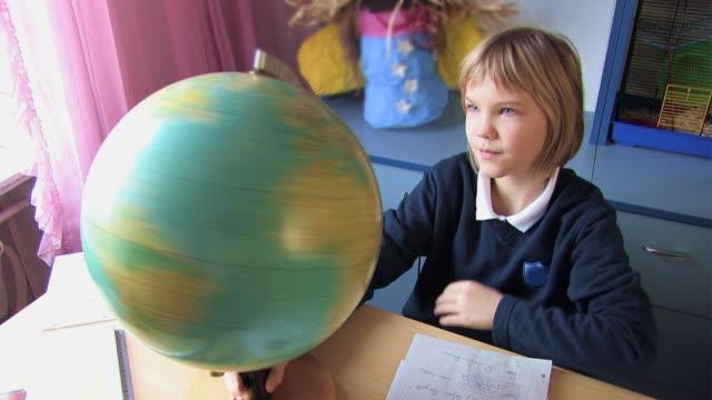 scolara sul telelavoro - capelli corti video stock e b–roll