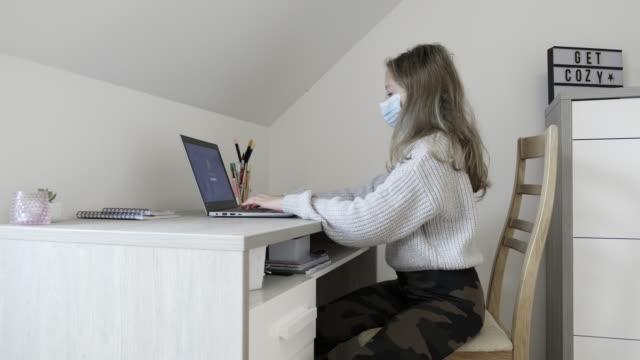 schulmädchen studieren von zu hause mit computer während coronavirus quarantäne - nur teenager stock-videos und b-roll-filmmaterial