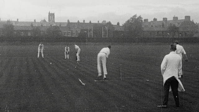 vidéos et rushes de 1925 montage schoolgirls dressed in gymslips playing field hockey, and schoolboys dressed in white playing cricket at secondary school / newcastle upon tyne, england, united kingdom - angleterre