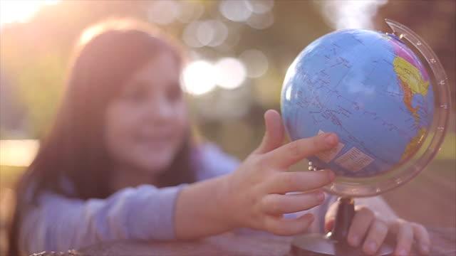 vidéos et rushes de schoolgirls explorer - expression positive