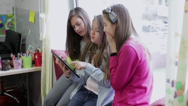 schulmädchen mit digital-tablette - 12 13 jahre stock-videos und b-roll-filmmaterial