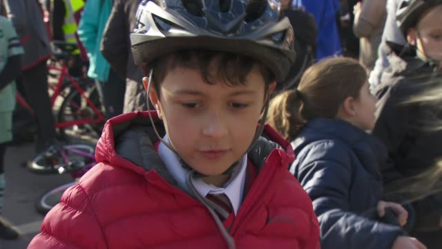 schools trial closing adjacent roads to protect pupils from air pollution uk twickenham schoolchildren and adults riding bikes and scooters along... - on air englisches schild stock-videos und b-roll-filmmaterial