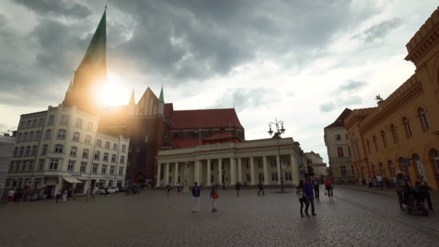 vídeos y material grabado en eventos de stock de ciudad de schwerin con iglesia y ayuntamiento, lapso de tiempo - rathaus