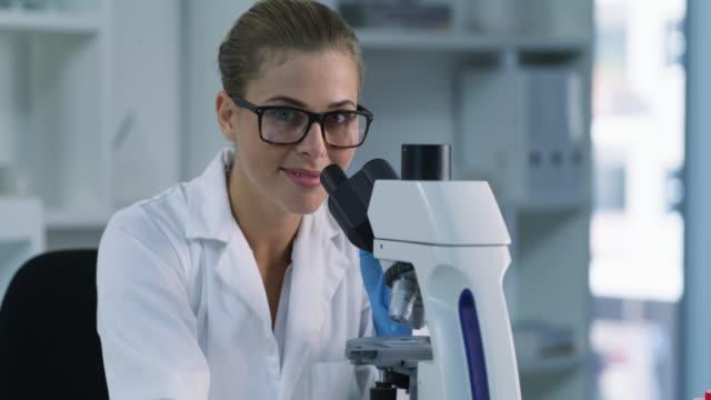 vídeos y material grabado en eventos de stock de la ciencia nos permite descubrir mucho más sobre el mundo - patólogo