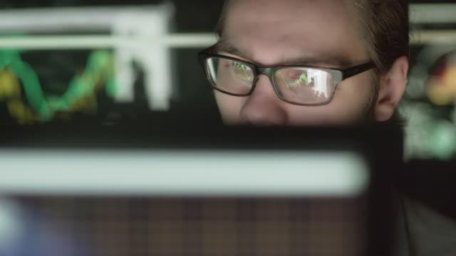 wissenschaft-monitore - elektronik industrie stock-videos und b-roll-filmmaterial