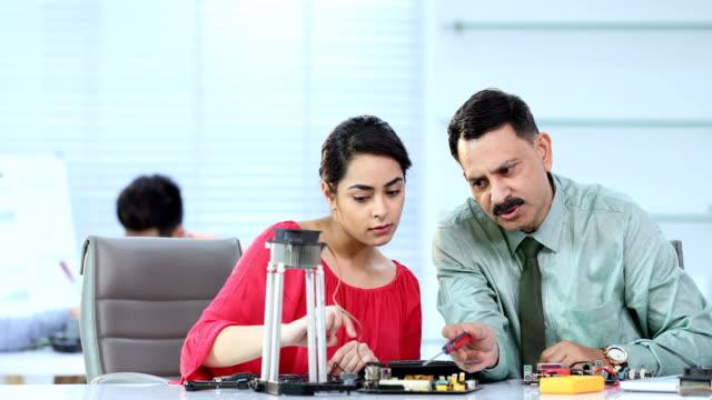 vídeos de stock, filmes e b-roll de ms science student and professor soldering wires in laboratory / delhi, india - camisa e gravata
