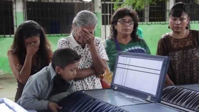 vídeos de stock, filmes e b-roll de scienden a 40 las personas muertas por el inusual temporal en méxico voiced 40 muertos en mexico on september 17 2013 in acapulco mexico - artéria humana