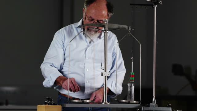 vidéos et rushes de expérience scientifique - balance