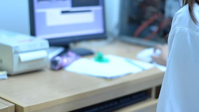 stockvideo's en b-roll-footage met scientist and bio lab experiment - drukker