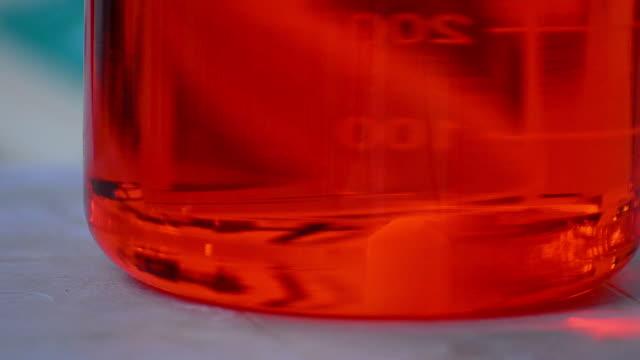 科学者とバイオ lab 実験 - ビーカー点の映像素材/bロール