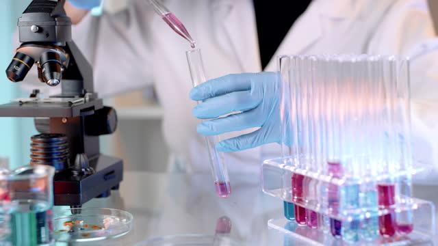 vídeos y material grabado en eventos de stock de slo mo científico realizando experimento científico en el laboratorio - nanotecnología