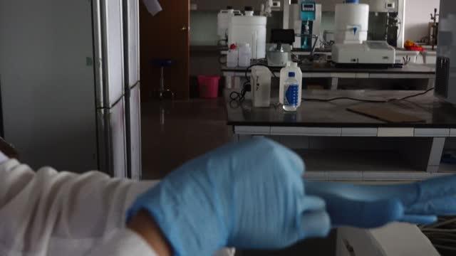 vidéos et rushes de scientist doing agarose gel experiment - carcinome