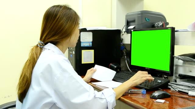 vídeos y material grabado en eventos de stock de científico haciendo experimento químico de laboratorio - keyable
