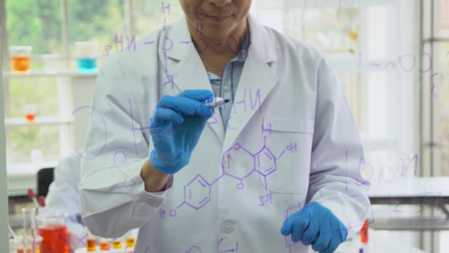 vídeos de stock e filmes b-roll de scientist drawing molecular structure and writing formula on transparent board - fórmula
