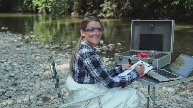 vidéos et rushes de scientifique examinant des échantillons toxiques d'eau - analyser
