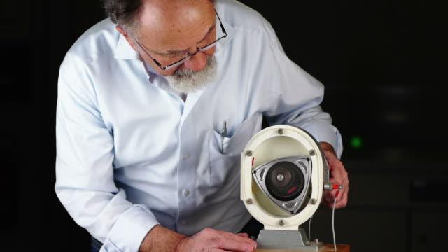 Scientist explaining a Wankel Engine