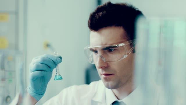 vídeos de stock, filmes e b-roll de cientista em um laboratório. experiência médica - estrutura molecular