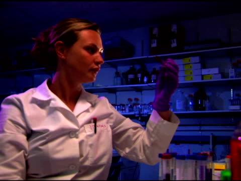 scientist in laboratory - einzelne frau über 30 stock-videos und b-roll-filmmaterial