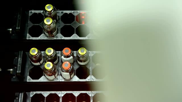 Wissenschaftler öffnen Hemoculture Maschine und voller Blut Flaschen innen im Labor.