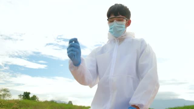 a scientist places some soil into his hand and feels its composition - softfokus bildbanksvideor och videomaterial från bakom kulisserna