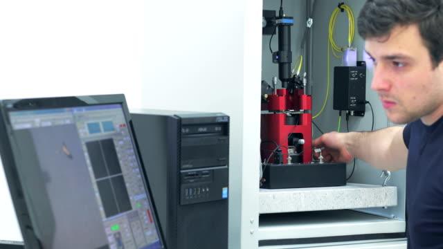 wissenschaftler, die vorbereitung abstimmbare wellenlänge gepulste laser - genauigkeit stock-videos und b-roll-filmmaterial