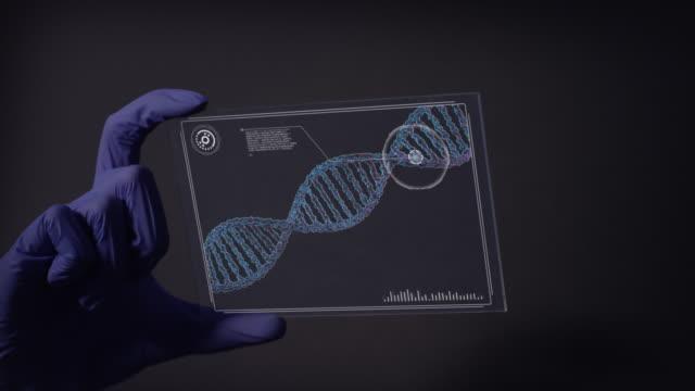 dna変異を研究する科学者。仮想タッチ画面のクローズアップ - プロトタイプ点の映像素材/bロール