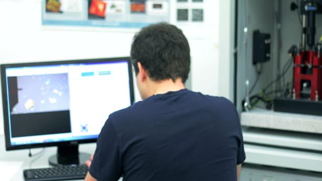 分析のための科学者の波長を使用してパルス レーザー - レーザー点の映像素材/bロール