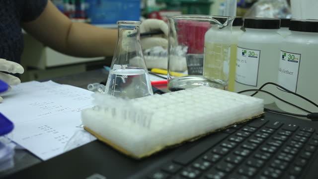 Wetenschapper werken bij laboratorium