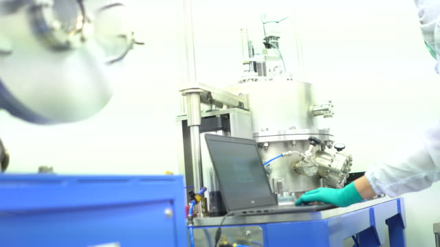 wissenschaftler arbeiten im labor - kamerafahrt auf schienen stock-videos und b-roll-filmmaterial
