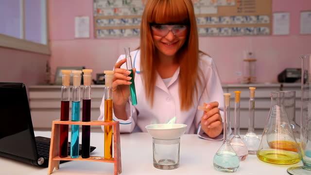 wissenschaftler arbeiten bei der chemie labor - biochemiker stock-videos und b-roll-filmmaterial