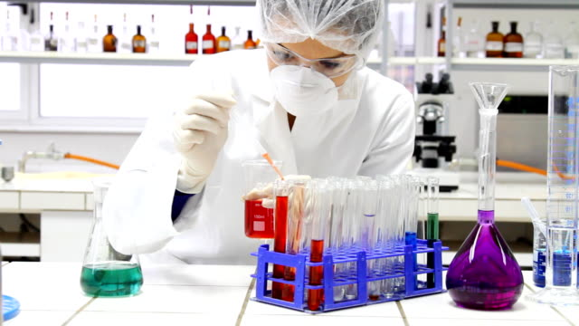 Wissenschaftler arbeiten bei der Chemie Labor.
