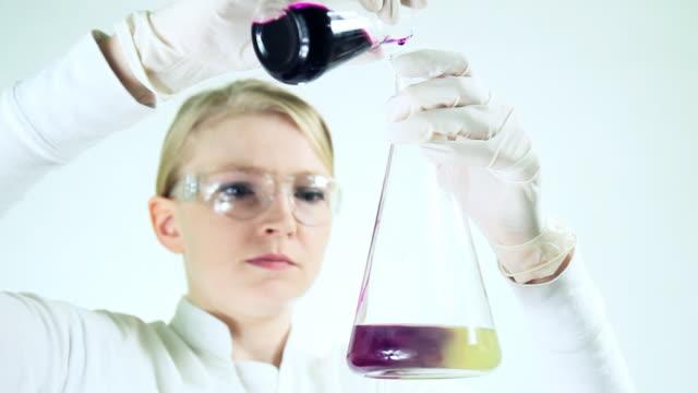 scientist working at the chemistry laboratory. - biochemiker stock-videos und b-roll-filmmaterial