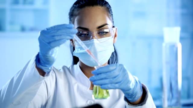 vidéos et rushes de scientifique travaillant au laboratoire. - curiosité
