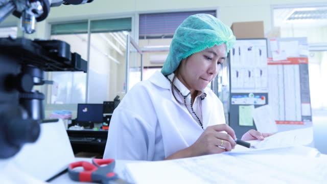 wissenschaftler arbeiten im labor - biochemiker stock-videos und b-roll-filmmaterial
