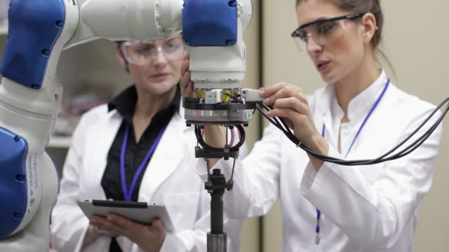wissenschaftler arbeiten mit roboterarm - maschinenbau stock-videos und b-roll-filmmaterial
