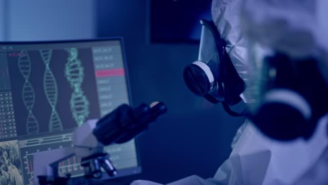 vídeos de stock e filmes b-roll de scientists in futuristic laboratory working with biohazardous substance. equipment close ups - mutação genética